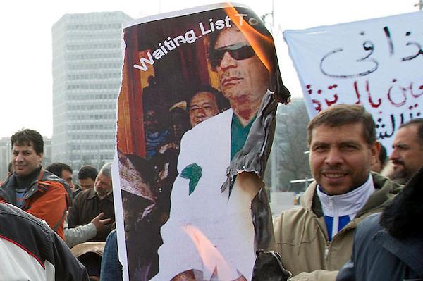 GE102.GINEBRA (SUIZA).19/2/2011.- Un manifestante quema una fotografía del líder libio, Muamar al Gadafi, durante una manifestación contra su regimen celebrada hoy sábado 19 de febrero de 2011 en Ginebra, Suiza.EFE/SALVATORE DI NOLFI