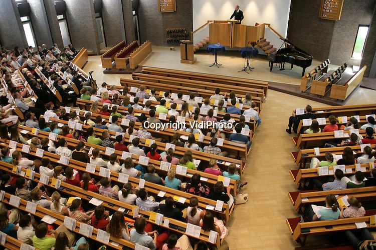 Foto: VidiPhoto..VEENENDAAL  - In het kerkgebouw van de gereformeerde gemeente in Veenendaal is zaterdag de Jongeren Zendings- en Evangelisatiedag gehouden. Er kwamen ondanks het warme weer zo'n 1300 jongeren opdagen. De JZE wordt om de twee jaar gehouden.