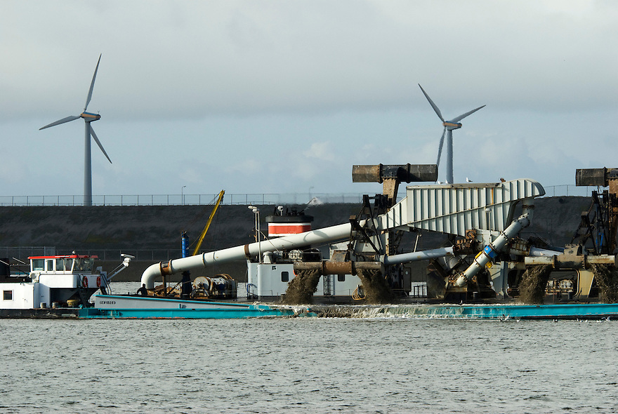 Ijmuiden,1 maart, 2010.Baggerschip in de haven. . (c)Renee Teunis.