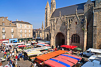 France, Loire-Atlantique (44), parc naturel régional de la Brière, Guérande, jour de marché autour de la collégiale Saint-Aubin // France, Loire Atlantique, Parc Naturel Regional de la Briere (Briere Natural Regional Park), Guerande, market day around the St Aubin collegiate church