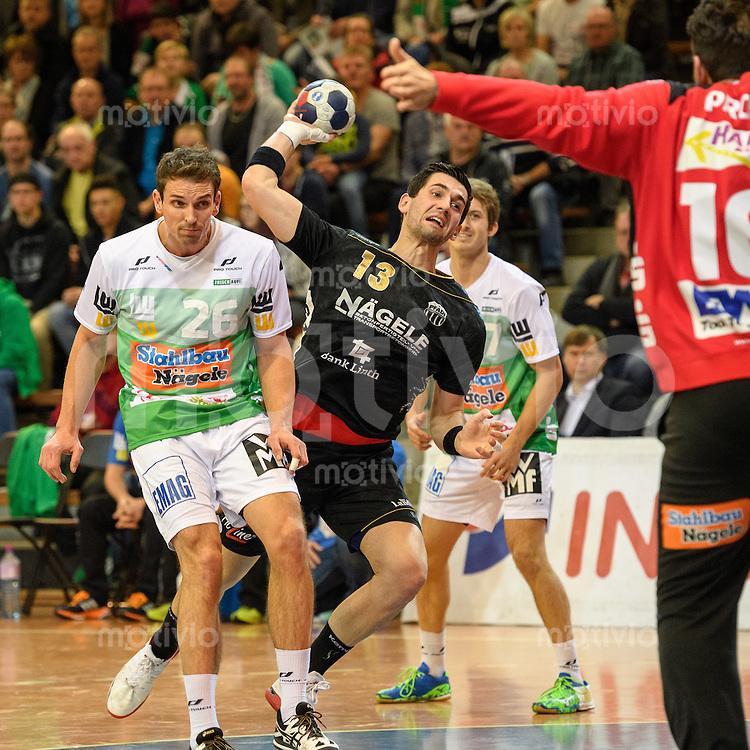 mitte Filip Gavranovic (Pfadi) im Wurf, links  Adrian Pfahl (FAG)
