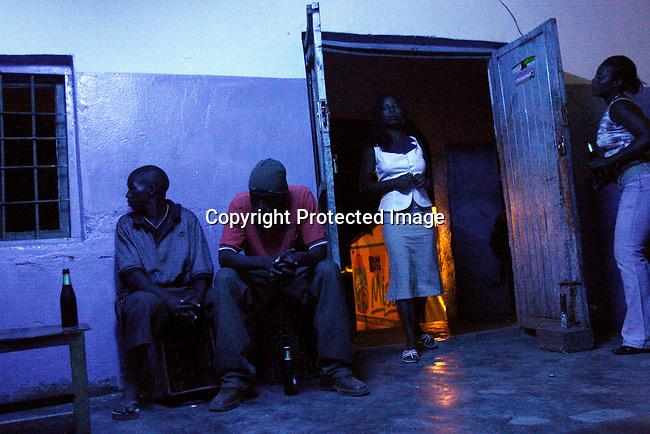 Prostituerade i en bar i Lonzo, utanfor Blantyre, Malawi. Manga unga flickor fran en byar har tvingats salja sin kroppar for att forsorja sina familjer. Pga torkan, matbristen och antalet foraldrar som dott i Aids har prostitutionen okat i Malawi. .Photo: Per-Anders Pettersson
