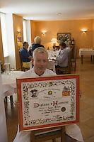 """Europe/France/Midi-Pyrénées/32/Gers/Riscle: James Hooton dans son  restaurant restaurant """"Le pigeonneau"""" [Non destiné à un usage publicitaire - Not intended for an advertising use]"""