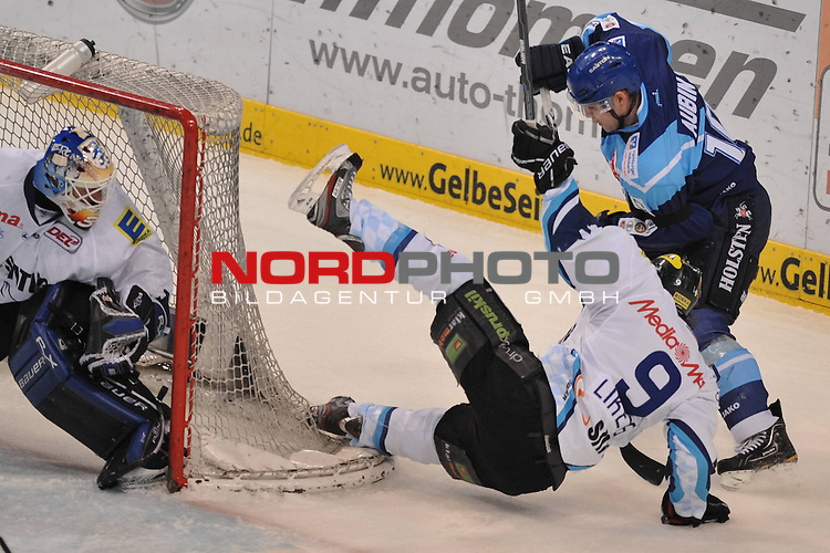 04.03.2012,  O2 World, Hamburg, GER, DEL, Hamburg Freezers vs ERC Ingolstadt, im Bild Serge Aubin (Hamburg #10) foult vor dem Tor von Ian Gordon (Ingolstadt #34) Jeffrey Likens (Ingolstadt #09)<br />  // during match at O2 World 2012/03/04, Hamburg  Foto &copy; nph / Witke *** Local Caption ***