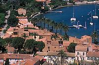 Europe/Provence-Alpes-Côte d'Azur/83/Var/Iles d'Hyères/Ile de Porquerolles: Le village et le port vus depuis le Fort Sainte-Agathe