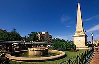 Obelisk auf der Placa d'es Born  in Ciutadella, Menorca, Spanien