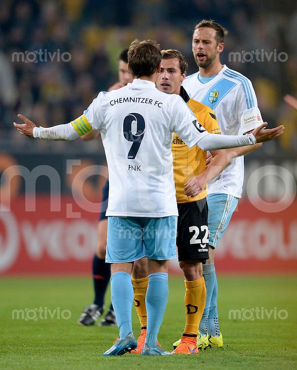 FUER SZ FREI, PAUSCHALE GEZAHLT!!!<br /> Fu&szlig;ball, Sachsen - Pokal, Saison 2015/2016, Achtelfinale, SG Dynamo Dresden - Chemnitzer FC (CFC), Freitag (09.10.2015), Stadion Dresden.<br /> Dresdens Sinan Tekerci (M.) diskutiert mit den Chemnitzern Anton Fink (li.) und Marc Endres.<br /> Foto: Robert Michael / www.robertmichaelphoto.de