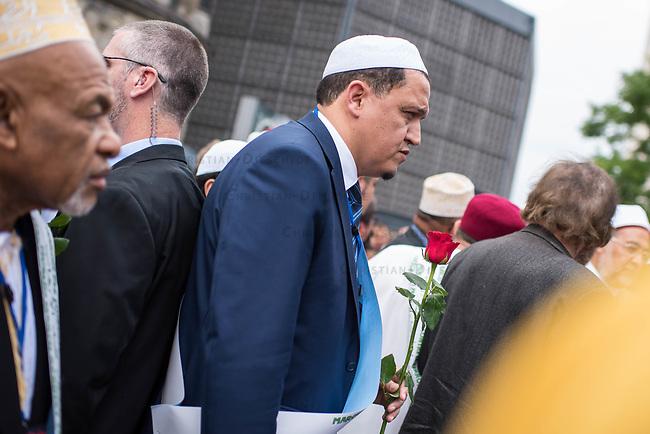 Der &quot;Marsch der Muslime gegen Terrorismus&quot; am Sonntag den 9. Juli 2017 in Berlin.<br /> Etwa sechzig Imame aus Frankreich und anderen europaeischen Laendern, darunter auch sechs Imame aus Berlin werden ab dem 9. Juli 2017 in europaeische Staedte fahren, wo es in den letzten Jahren besonders schwere islamistisch motivierte Terroranschlaege gegeben hat.In Berlin versammelten sie sich zusammen mit Mitgliedern der christlichen und juedischen Gemeinde an der Kaiser-Wilhelm-Gedaechtnis-Kirche in Berlin-Charlottenburg wo im Dezember 2016 einen Anschlag auf den Weihnachtsmarkt gegeben hatte.<br /> Der franzoesische Imam Hassen Chalghoumi aus dem Pariser Vorort Drancy engagiert sich seit vielen Jahren fuer ein friedliches Miteinander der Religionen, insbesondere im Verhaeltnis der Muslime zum Judentum. Zusammen mit seinem Freund, dem juedischen Schriftsteller Marek Halter, der seit Jahrzehnten in gleicher Weise engagiert ist hat er den &quot;Marche des musulmans contre le terrorisme&quot; initiert. Sie wollen nach Bruessel, Paris, St.-Etienne-du-Rouvray, Toulouse und Nizza und dort oeffentlich fuer die Opfer beten und gegen einen Missbrauch des Islam durch Terroristen und menschenfeindliche Gruppen eintreten.<br /> Die Evangelische Kirche Berlin-Brandenburg-schlesische Oberlausitz unterstuetzt das Anliegen der &quot;Marche des musulmans contre le terrorisme&quot;. Der Landesbischof Dr. Markus Droege hat an dem Gebet der Muslime auf dem Breitscheidplatz als Gast teilgenommen und einen Segen fuer die Teilnehmer ausgesprochen.<br /> Im Bild: Imam Chalghoumi.<br /> 9.7.2017, Berlin<br /> Copyright: Christian-Ditsch.de<br /> [Inhaltsveraendernde Manipulation des Fotos nur nach ausdruecklicher Genehmigung des Fotografen. Vereinbarungen ueber Abtretung von Persoenlichkeitsrechten/Model Release der abgebildeten Person/Personen liegen nicht vor. NO MODEL RELEASE! Nur fuer Redaktionelle Zwecke. Don't publish without copyright Christian-Ditsch.de, Veroeffentlichung nur mit Fo