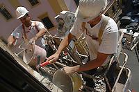 Operai edili mentre ristrutturano la facciata di un palazzo..Construction workers restructure the facade of a building...