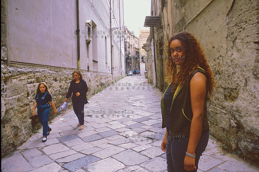 Karen, her parents immigrated in Sicily from Mauritius islands.<br /> Karen, i suoi genitori sono emigrati dalle Mauritius in Sicilia.