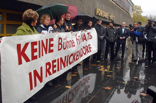 Protest gegen Bundesparteitag der NPD in Berlin<br /> Am Samstag den 11. November 2006 fuehrte die rechtsextreme NPD ihren Bundesparteitag in Berlin-Reinickendorf durch. Ein spontanes Buendnis von CDU, SPD, Gruenen, PDS und Gewerkschaften rief zu einer Protestkundgebung auf. An der Kundgebung nahmen ca. 300 Menschen teil.<br /> Hier: Bezirkspolitiker mit Transparent gegen Rechts.<br /> Rechts im Bild: Neonazis die sich ueber den Protest lustig machen.<br /> 11.11.2006, Berlin<br /> Copyright: Christian-Ditsch.de<br /> [Inhaltsveraendernde Manipulation des Fotos nur nach ausdruecklicher Genehmigung des Fotografen. Vereinbarungen ueber Abtretung von Persoenlichkeitsrechten/Model Release der abgebildeten Person/Personen liegen nicht vor. NO MODEL RELEASE! Nur fuer Redaktionelle Zwecke. Don't publish without copyright Christian-Ditsch.de, Veroeffentlichung nur mit Fotografennennung, sowie gegen Honorar, MwSt. und Beleg. Konto: I N G - D i B a, IBAN DE58500105175400192269, BIC INGDDEFFXXX, Kontakt: post@christian-ditsch.de<br /> Bei der Bearbeitung der Dateiinformationen darf die Urheberkennzeichnung in den EXIF- und  IPTC-Daten nicht entfernt werden, diese sind in digitalen Medien nach &sect;95c UrhG rechtlich geschuetzt. Der Urhebervermerk wird gemaess &sect;13 UrhG verlangt.]