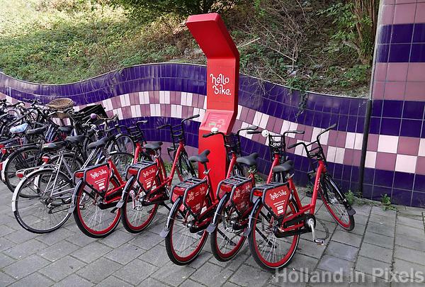 Nederland  Amsterdam -  September 2018. Hello Bike. Bikesharing.  Deelfietsen bij een metrostation. Foto Berlinda van Dam / Hollandse Hoogte