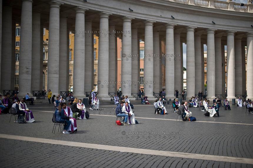 Città del Vaticano, 23 Aprile 2016. Alcuni preti in piazza San Pietro ascoltano le confessioni dei giovani fedeli in occasione del Giubileo dei giovani. Priests confess young participants at the youth jubilee in St. Peter Square at Vatican.
