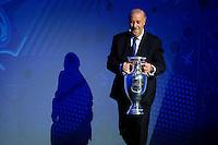 Vicente Del Bosque con la coppa <br /> Parigi 12-12-2015 Sorteggio fase finale Euro 2016 campionato Europeo di Calcio per Nazioni Francia 2016 <br /> Foto Gwendoline Le Goff Panoramic / Insidefoto