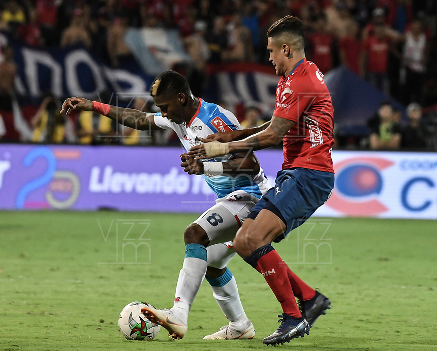 MEDELLÍN - COLOMBIA, 16-12-2018: Hernan Pertuz (Der) del Medellín disputa el balón con Yony Gonzalez (Izq) de Junior durante partido de vuelta Final entre Deportivo Independiente Medellín y Atletico Junior como parte de la Liga Águila II 2018 jugado en el estadio Atanasio Girardot de la ciudad de Medellín. / Hernan Pertuz (R) of Medellin vies for the ball with Yony Gonzalez (L) of Junior during Final second leg match between Deportivo Independiente Medellin and Atletico Junior as a part Aguila League II 2018 played at Atanasio Girardot stadium in Medellin city. Photo: VizzorImage / Gabriel Aponte / Staff