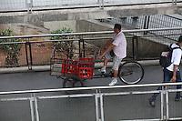 """FOTO EMBARGADA PARA VEICULOS INTERNACIONAIS. SAO PAULO, SP, 25/10/2012, DESRESPEITO PEDESTRE. Na manha dessa Quinta-feira (25) uma bicicleta que e usada no transporte de mercadorias, foi flagrada trafegando na """"passarela das noivas"""" na regiao central de Sao Paulo. Luiz Guarnieri/ Brazil Photo Press."""