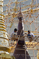 Myanmar, (Burma), Yangon Region, Rangoon: Re-painting a golden Stupa at the Shwedagon pagoda | Myanmar (Birma), Yangon-Division, Rangun: Restaurierungsarbeiten an der Shwedagon Pagode