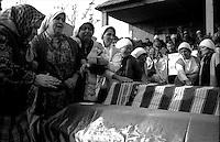 Kosovo   Novembre 2000.Pe? (in albanese Pejë / Peja; in serbo Pe?).Il funerale di quattro rom Askalia uccisi al rientro delle loro case provenienti dai campi profughi da uomini di entia albanese. Le donne piangono i parenti uccisi.