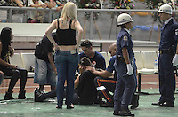 SANTOS, SP, 07 MARÇO 2013 - VELÓRIO CANTOR CHORÃO -Fa passa mal e demaia durante o velorio..O Corpo do vocalista Alexandre Magno Abrão, o Chorão, da banda Charlie Brown Jr., é velado no ginásio esportivo Arena Santos, nesta quinta-feira, 07, na Baixada Santista. Chorão foi encontrado morto na manhã de hoje, em seu apartamento, em São Paulo. (FOTO: ADRIANO LIMA / BRAZIL PHOTO PRESS).