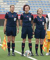 Belgian Red Flames - Noorwegen :<br /> <br /> Referee Vivian Peeters (M) met assistent referees Fijke Hoogendijk (R) en Nicolet Bakker (L)<br /> foto VDB / BART VANDENBROUCKE