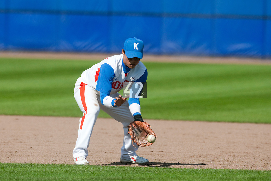 14 September 2009: Shortstop Boung-Gon Jeung of South Korea eyes the ball during the 2009 Baseball World Cup Group F second round match game won 15-5 by South Korea over Great Britain, in the Dutch city of Amsterdan, Netherlands.