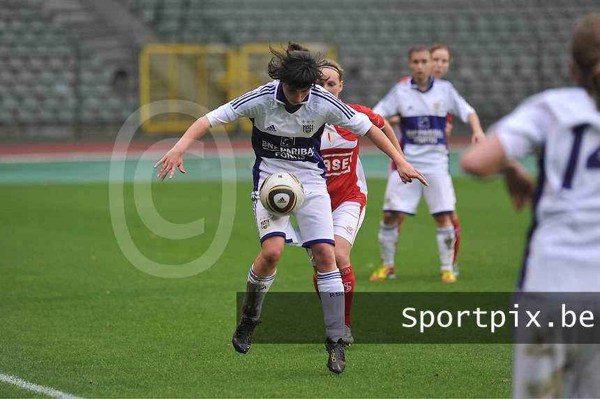 RSC Anderlecht Dames - Standard Femina de Liege : duel tussen Julie Gregoire en Annelies Van Loock aan de bal.foto JOKE VUYLSTEKE / Vrouwenteam.be