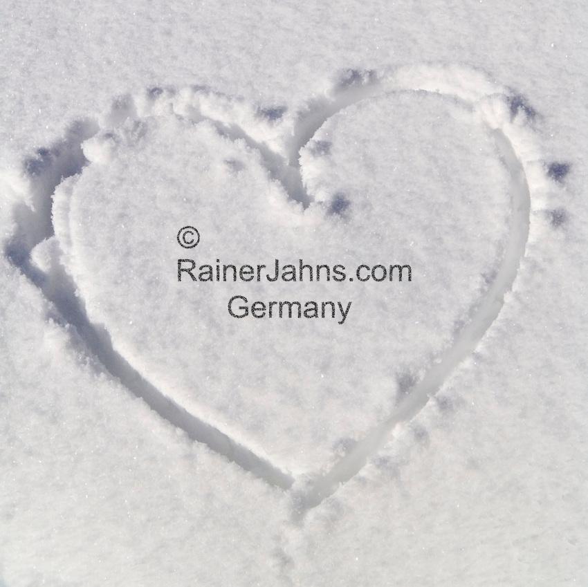 Deutschland, Bayern, Chiemgau, Reit im Winkl: Herz im Schnee   Germany, Bavaria, Chiemgau, Reit im Winkl: heart in the snow