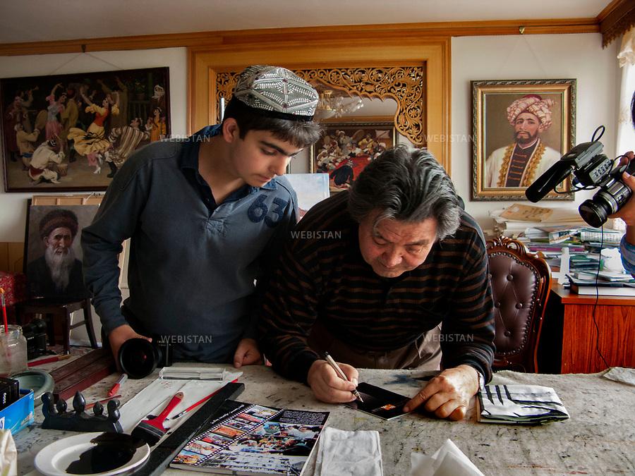 Chine, Turkestan oriental. 2008<br /> Ghazi, peintre et calligraphe, est un artiste r&eacute;put&eacute; dont l&rsquo;oeuvre r&eacute;pand dans le monde la culture du peuple ou&iuml;gour. Travail attentif sous l'oeil de Delazad Deghati.<br /> Les Ou&iuml;ghours sont un peuple turcophone et musulman sunnite habitant la r&eacute;gion autonome ou&iuml;ghoure du Xinjiang (ancien Turkestan oriental) en Asie centrale. Ils repr&eacute;sentent une des cinquante-six nationalit&eacute;s reconnues officiellement par la r&eacute;publique populaire de Chine. <br /> Photographie prise dans le cadre du voyage initiative de Reza et son fils Delazad, partis tous les deux de Beijing &agrave; Paris pour 16000 kilom&egrave;tres d'aventures. Leurs t&eacute;moignages &eacute;crits et ceux de Rachel Deghati a donn&eacute; lieu &agrave; la publication de l'ouvrage Chemins Parall&egrave;les, en 2009, aux Editions Hoebeke. <br /> <br /> China, East Turkistan. 2008<br /> Ghazi, a painter and calligrapher, is a renowned artist whose work enables the culture of the Uighur people to be spread throughout the world. Careful work under the eye of Delazad Deghati.<br /> The Uighurs are a Turkish-speaking Sunni Muslim people living in the Uyghur Autonomous Region of Xinjiang (former East Turkestan) in Central Asia. They represent one of the fifty-six nationalities officially recognized by the People's Republic of China. <br /> Photography taken during the initiatory travel Reza made with his son Delazad, traveling 16000 kilometers from Beijing to Paris. Their written testimonies and the texts written by Rachel Deghati were collected in a book entitled &quot;Chemins Parall&egrave;les&quot;, published in 2009 by Hoebeke editions.