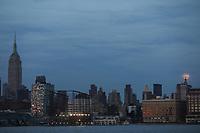 NEW YORK, EUA, 10.04.2017 - LUA-NEW YORK - Lua cheia é vista sobre a Ilha de Manhattan na cidade de New York na noite desta segunda-feira, 10. (Foto: William Volcov/Brazil Photo Press)