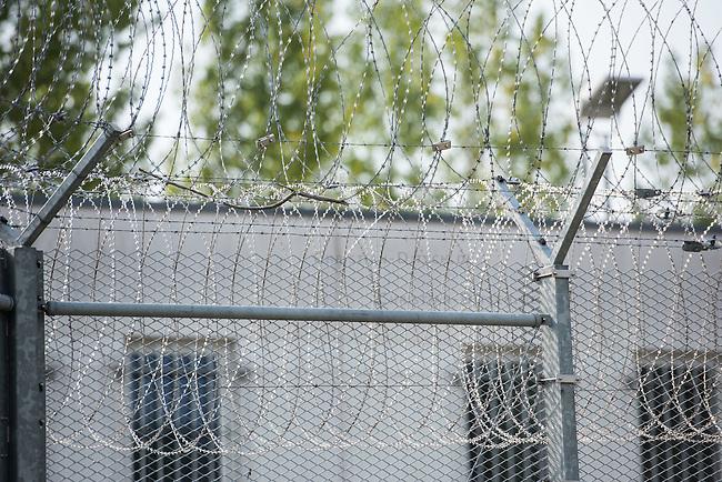 Zentrale Auslaenderbehoerde und BAMF-Aussenstelle in Eisenhuettenstadt.<br /> Bundesinnenminister Thomas de Maiziere und brandeburgs Ministerpraesident Dietmar Woidke besuchten am Donnerstag den 13. August 2015 die Zentrale Auslaenderbehoerde und BAMF-Aussenstelle in Eisenhuettenstadt. Sie liessen sich von Mitarbeitern die Situation in der Einrichtung zeigen und erklaeren, sprachen mit Fluechtlingen und besichtigten das auf dem Gelaende befindliche Abschiebegefaengnis.<br /> Der Besuch des Bundesinnenministers und des Ministerpraesidenten wurde von etwa 40 Journalisten begleitet.<br /> Im Bild: Das Abschiebegefaengnis auf dem Gelaende.<br /> 13.8.2015, Eisenhuettenstadt/Brandenburg<br /> Copyright: Christian-Ditsch.de<br /> [Inhaltsveraendernde Manipulation des Fotos nur nach ausdruecklicher Genehmigung des Fotografen. Vereinbarungen ueber Abtretung von Persoenlichkeitsrechten/Model Release der abgebildeten Person/Personen liegen nicht vor. NO MODEL RELEASE! Nur fuer Redaktionelle Zwecke. Don't publish without copyright Christian-Ditsch.de, Veroeffentlichung nur mit Fotografennennung, sowie gegen Honorar, MwSt. und Beleg. Konto: I N G - D i B a, IBAN DE58500105175400192269, BIC INGDDEFFXXX, Kontakt: post@christian-ditsch.de<br /> Bei der Bearbeitung der Dateiinformationen darf die Urheberkennzeichnung in den EXIF- und  IPTC-Daten nicht entfernt werden, diese sind in digitalen Medien nach &sect;95c UrhG rechtlich geschuetzt. Der Urhebervermerk wird gemaess &sect;13 UrhG verlangt.]