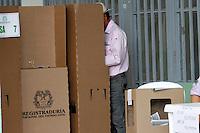 MANIZALES -COLOMBIA. 25-05-2014. Colombianos ejercen su derecho al voto en Manizales, Caldas, durante la jornada de elecciones Presidenciales en en Colombia que se realizan hoy 25 de mayo de 2014 en todo el país./ Colombian people exerts their right to vote in Manizales, Caldas,  during the day of Presidential elections in Colombia that made today May 25, 2014 across the country. Photo: VizzorImage / Santiago Osorio /Str