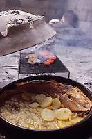 Europe/Croatie/Dalmatie/ Ile de Vis/ Vis: Chez Oliver Roki Dolmaine  Roki's - cuisson traditionnelle    à la peka (ustensile de  cuisine)  du Poisson grillé au riz et pommes de terre