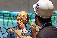 São Paulo, SP - 17.12.2014 - PROTESTO BOVESPA SABESP - Grupo de teatro faz uma intervenção artística na porta do prédio da Bolsa de valores de São Paulo (BOVESPA) contra os lucros da estatal SABESP na tarde desta quarta-feira, (17).(Foto: Renato Mendes / Brazil Photo Press)