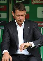FUSSBALL   1. BUNDESLIGA   SAISON 2011/2012    5. SPIELTAG SV Werder Bremen - Hamburger SV                         10.09.2011 Frank ARNESEN (Hamburg) schaut auf die Uhr