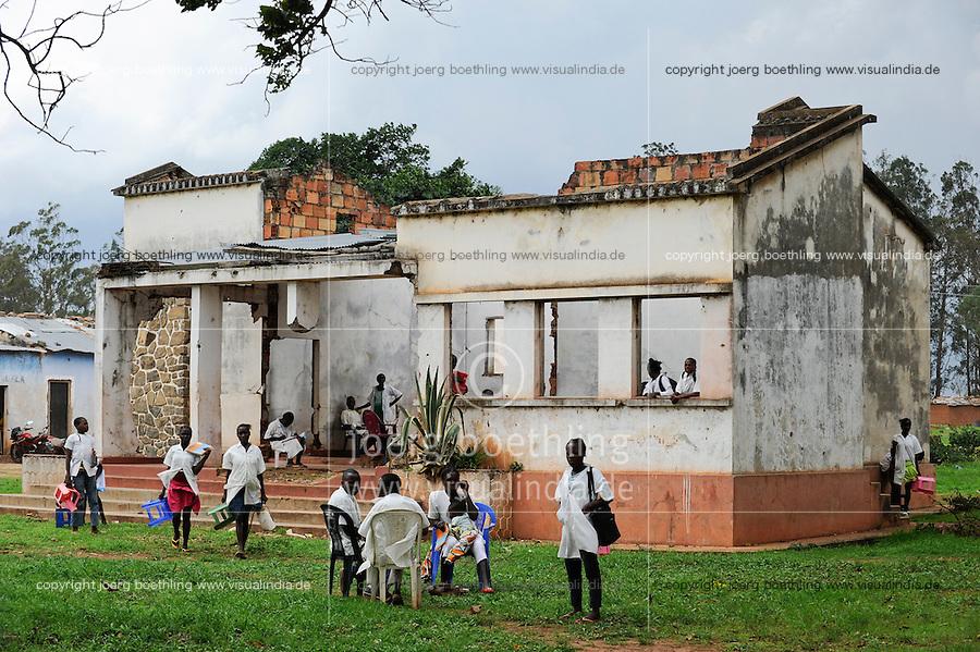Afrika ANGOLA Kwanza Sul, Kinder in einer Schule in Pambangala, aus dem Buerkerkrieg zerstoertes Schulgebaeude / ANGOLA children in school in Pambangala, the building was during war destroyed