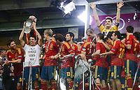 FUSSBALL  EUROPAMEISTERSCHAFT 2012   FINALE Spanien - Italien            01.07.2012 Cesc Fabregas (Spanien) reckt den EM Pokal in die hoehe und jubelt mit der Mannschaft ueber den EM Titel