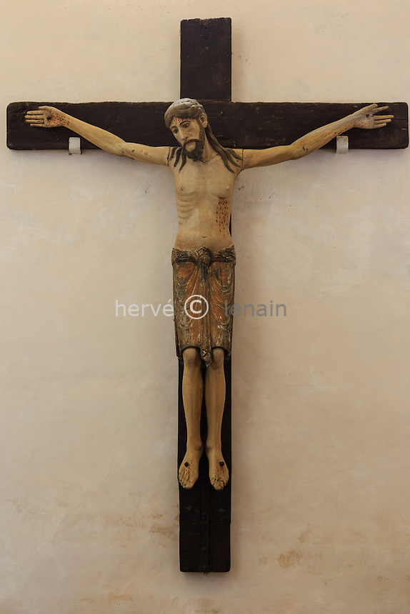 France, Cantal (15), Montsalvy, crucifix roman en bois polychrome dans l'église Notre-Dame-de-l'Assomption // France, Cantal, Montsalvy, Notre Dame de l'Assomption church, Romanesque crucifix, polychrome wood