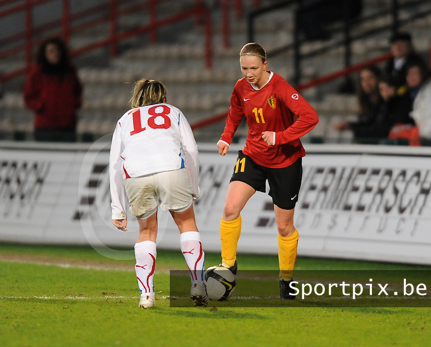 Belgium - Czech Republic : Inge Heiremans aan de bal voor  Iva Mocova.foto DAVID CATRY / Vrouwenteam.be