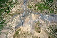 Col de Bonette: EUROPA,  FRANKREICH, ALPES MARITIMES 18.03.2004: Col de Bonette, hoechste ashaltierte Passstrasse Europas, Der Col de la Bonette ist ein 2715 m hoher Gebirgspass in den franzoesischen Seealpen in der Region Provence-Alpes-C&ocirc;te d&rsquo;Azur nahe der italienischen Grenze.<br /> Die Passhoehe bildet die Grenze zwischen den D&eacute;partements Alpes-de-Haute-Provence und Alpes-Maritimes. Die schmale, aber durchgehend asphaltierte Stra&szlig;e (SG 3) verbindet das Tal der Ubaye bei Jausiers (1240 m) mit dem Tal der Tin&eacute;e bei Saint-&Eacute;tienne-de-Tin&eacute;e (1144 m). Die Cime de la Bonette (2860 m) und die Cime des Trois Serri&egrave;res (2753 m) sind die den Pass bildenden Gipfel.