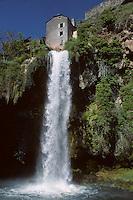 Europe/France/Midi-Pyrénées/12/Aveyron/Salles-la-Source : La cascade (résurgence d'une rivière souterraine qui sort du causse du Comtal sous forme de cascade)
