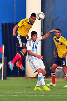 MONTEVIDEO - URUGUAY - 29-01-2015: Andres Tello (Izq.) jugador de Colombia, disputa el balón con Leonardo Rolon (Der.) de Argentina durante partido del Sudamericano Sub 20 entre los seleccionados de Colombia y Argentina en el estadio Parque Central de la ciudad de Montevideo. / Andres Tello (L) player of Colombia, fights for the ball with Leonardo Rolon (R) player of Argentina, during the match for the Sudamericano U 20 between the teams of Colombia and Argentina in the Parque Central stadium in Montevideo city,  Photo: Andres Gomensoro  / Photosport / VizzorImage.