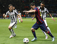 Calcio, finale di Champions League Juventus vs Barcellona all'Olympiastadion di Berlino, 6 giugno 2015.<br /> FC Barcelona's Lionel Messi, center, is challenged by Juventus' Stephan Lichsteiner, left, and Roberto Pereyra during the Champions League football final between Juventus Turin and FC Barcelona, at Berlin's Olympiastadion, 6 June 2015. Barcelona won 3-1.<br /> UPDATE IMAGES PRESS/Isabella Bonotto