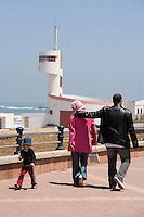 Afrique/Afrique du Nord/Maroc /Casablanca: promeneur sur le boulevard de l'Océan sur la Corniche - en fond poste de surveillance Art -Deco