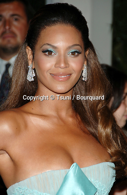 Beyonce Knowles  arriving at the DREAM GIRLS Premiere at the Wilshire  Theatre In Los Angeles.<br /> <br /> headshot
