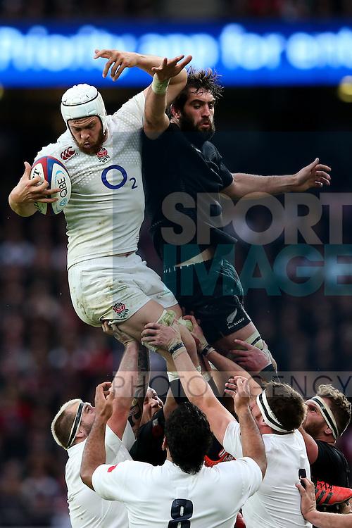 England's Dave Attwood and New Zealand's Samuel Whitelock - QBE Autumn Internationals - England vs New Zealand - Twickenham Stadium - London - 08/11/2014 - Pic Charlie Forgham-Bailey/Sportimage