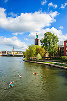 Kajakpaddling i kanal vid Stadshuset med Riddarholmen i Stockholm