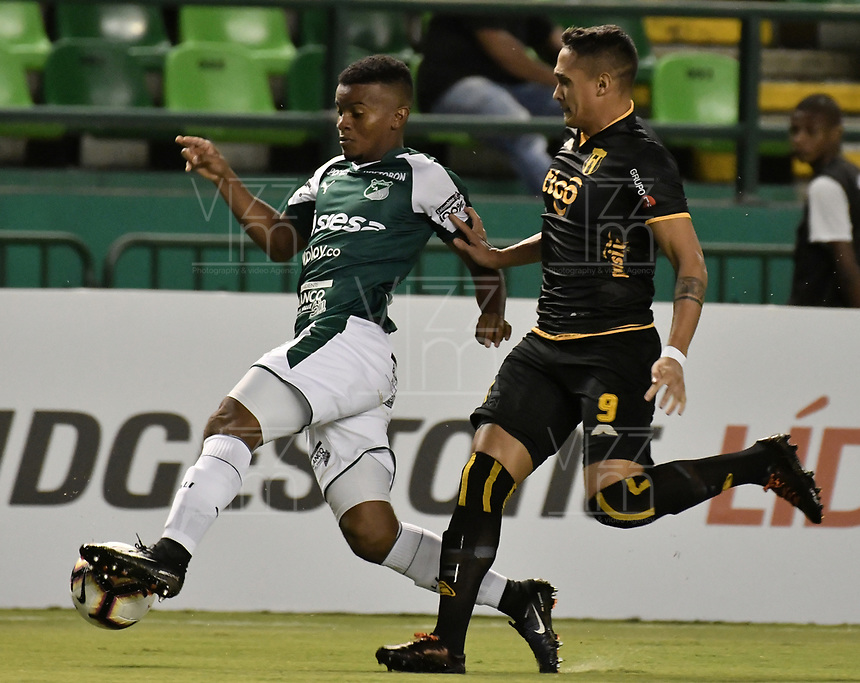 PALMIRA - COLOMBIA, 04-04-2019: Darwin Andrade del Cali disputa el balón con Orlando Gaona Lugo del Guarani durante partido por la primera ronda de la Copa CONMEBOL Sudamericana 2019 entre Deportivo Cali de Colombia y Club Guaraní de Paraguay jugado en el estadio Deportivo Cali de la ciudad de Palmira. / Darwin Andrade of Cali vies for the ball with Orlando Gaona Lugo of Guarani during match for the first round as part Copa CONMEBOL Sudamericana 2019 between Deportivo Cali of Colombia and Club Guarani of Paraguay played at Deportivo Cali stadium in Palmira city.  Photo: VizzorImage / Gabriel Aponte / Staff