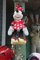 pupazzo di Minnie Mouse appeso a una parete esterna