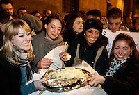 Manifestanti festeggiano le dimissioni del Presidente del Consiglio Silvio Berlusconi, davanti a Palazzo Grazioli, Roma, 12 novembre 2011..Women eat a cake to celebrate outside the residence of the Italian Premier Silvio Berlusconi, after he resigned, in Rome, 12 november 2011..UPDATE IMAGES PRESS/Riccardo De Luca