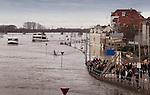 Nederland, 16-01-2011, Hoog water in Deventer langs de Ijsselkade   Dagjes mensen op de kade en op de rondvaartboten...foto Michael Kooren